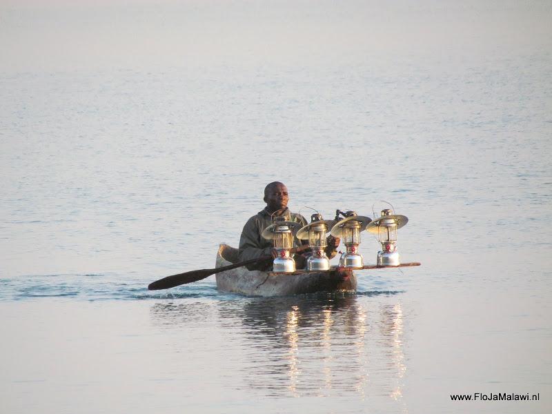 Visser met lampen op Lake Malawi